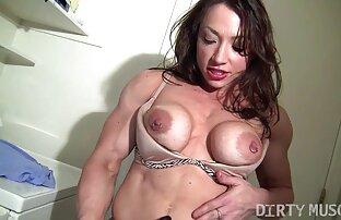 Ungt sexfilm med äldre par i badrummet vända lamporna